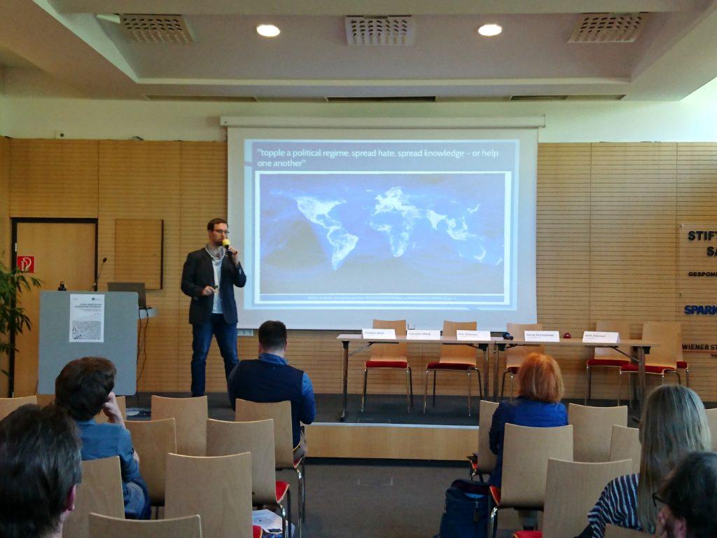 Aufmerksame Konzentration bei einer wissenschaftlichen Konferenz in Klagenfurt am Wörthersee, 2018.