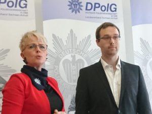 Christian Allner (r.) mit Sabine Schumann (l.) von der Polizei Berlin bei der Klausurtagung der Deutschen Polizei-gewerkschaft DPolG in Magdeburg.