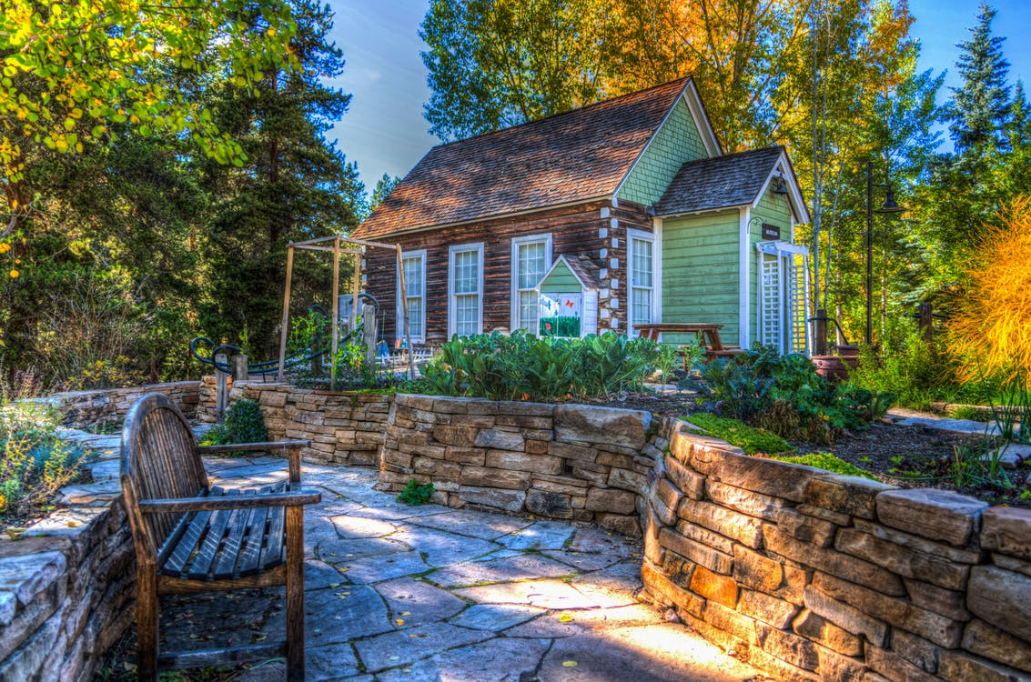 immobilien-wohnung-haus-garten-cottage-sonnenuntergang-gruen-blau