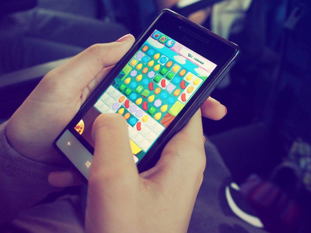 Manche Gaming-Apps mussten sich bereits der Kritik aussetzen nur verkappte Glücksspielanwendungen zu sein.