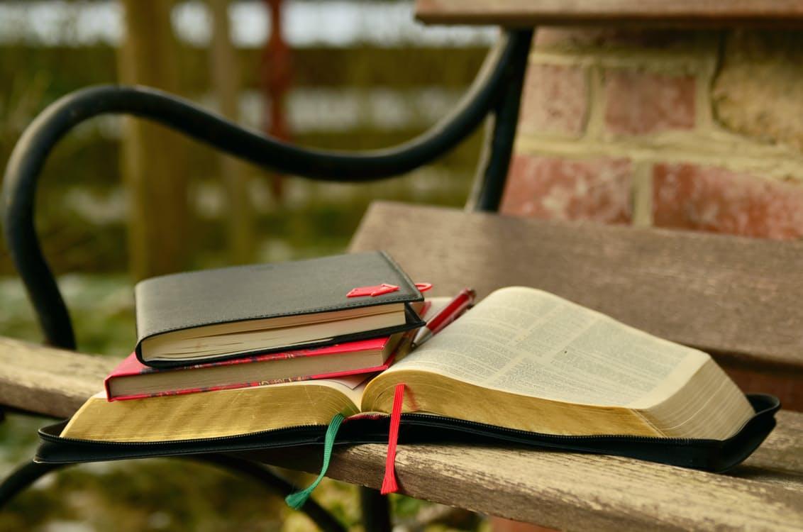 books-buch-bank-seiten-aufgeschlagen-stapel